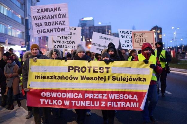 Protest mieszkańców Wesołej, przeciwko budowie wariantu wschodniej części obwodnicy Warszawy przez Wesołą - 2019 rok / Marcin Obara  /PAP