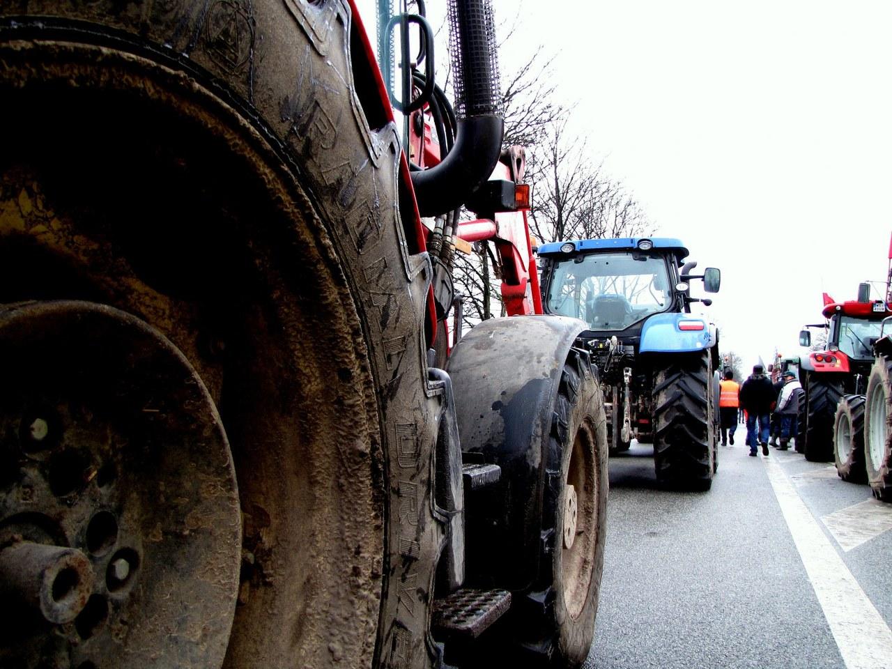 Protest na traktorach. Rolnicy rozsypali w Warszawie kapustę