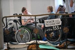 Protest niepełnosprawnych w Sejmie. Rzeczniczka rządu przywiozła propozycję porozumienia