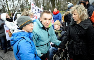 Protest opiekunów niepełnosprawnych przed Kancelarią Premiera