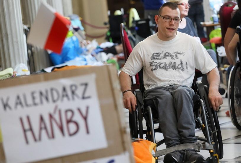 Protest opiekunów osób niepełnosprawnych i ich podopiecznych trwa od 18 kwietnia /Paweł Supernak /PAP
