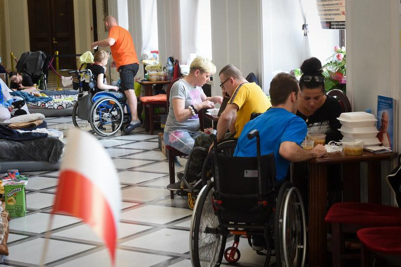 Protest osób niepełnosprawnych w Sejmie trwał 40 dni /Jacek Dominski/ /Reporter