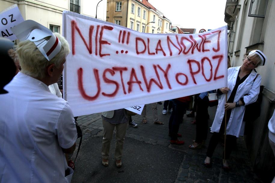 Protest pielęgniarek i położnych przed gmachem Ministerstwa Zdrowia w Warszawie /Tomasz Gzell /PAP