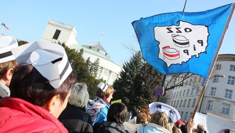 Protest pielęgniarek i położnych przed Sejmem /Jacek Waszkiewicz /Reporter
