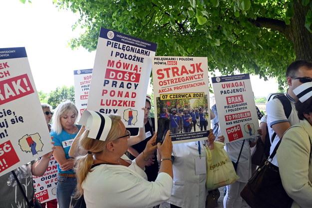Protest pielęgniarek i położnych w Szczecinie / Marcin Bielecki    /PAP