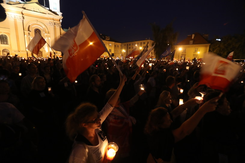 """Protest pod hasłem """"3 razy weto"""" przed Sądem Najwyższym w Warszawie /Bartłomiej Zborowski /PAP"""