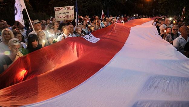 "Protest pod hasłem ""Jedź pod Senat, Polsko!"" przed Senatem. /Tomasz Gzell   /PAP"