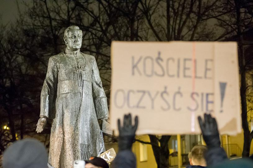 Protest pod pomnikiem ks. Henryka Jankowskiego /Wojciech Stróżyk /Reporter
