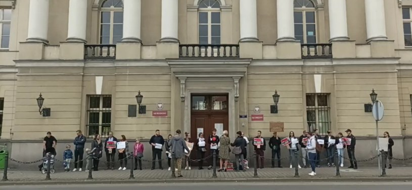 Protest pod sądem w Kaliszu (Źródło: Facebook/Oszukane Osiedle Dębowe) /facebook.com