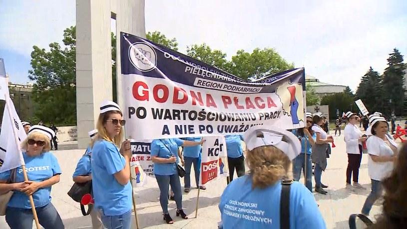Protest położnych i pielęgniarek przed Sejmem /Polsat News