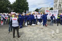 """Protest pracowników kopalni i elektrowni Turów. """"Praca w Polsce naszym prawem'"""