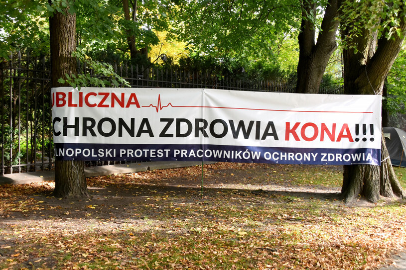 Protest pracowników medycznych na ulicy przed Kancelarią Premiera w Warszawie /Albin Marciniak /East News