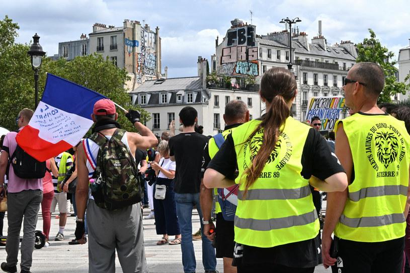 Protest przeciw paszportowi covidowemu w Paryżu /Marta Darowska /Reporter