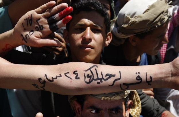 """Protest przeciw prezydentowi. Napis na ręce: """"do twojego odejścia pozostały 24 godziny"""" /AFP"""