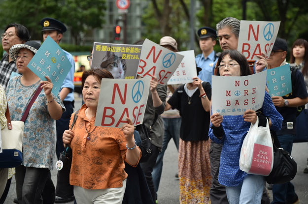 Protest przeciwko amerykańskiej bazie wojskowej na Okinawie /AFP
