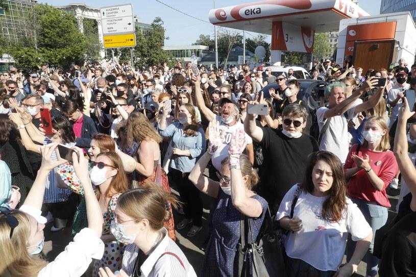 Protest przeciwko aresztowaniu reżysera pod budynkiem moskiewskiego sądu /Sergei Ilnitsky /PAP/EPA