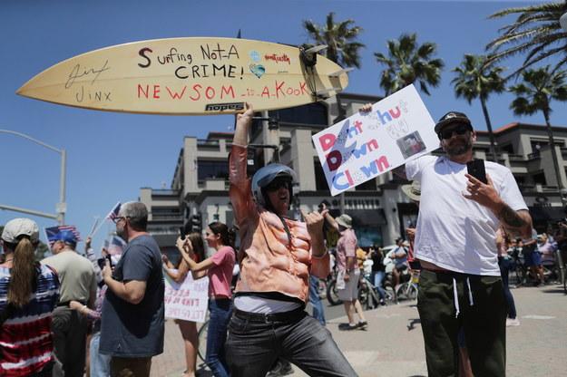 Protest przeciwko decyzji o ograniczeniu dostępu do plaż /DAVID SWANSON /PAP/EPA