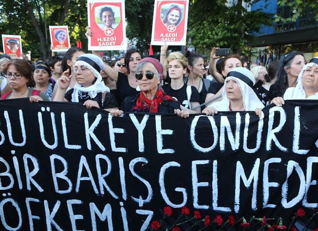 Protest przeciwko ISIS w Ankarze. Na zdjęciach ofiary zamachu w Suruc /ADEM ALTAN /AFP