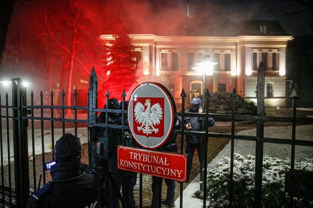 Protest przeciwko zaostrzeniu prawa aborcyjnego. Za ogrodzenie budynku TK protestujący wrzucili race /Rafał Guz /PAP