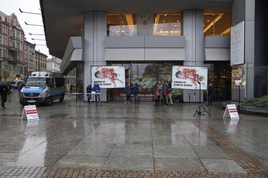 Protest przeciwników aborcji podczas manifestacji Strajku Kobiet / Andrzej Grygiel    /PAP