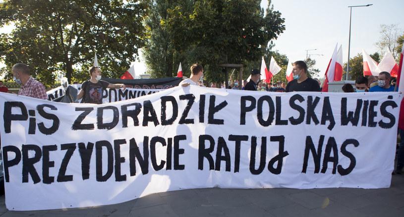 Protest przeciwników ustawy zakazującej hodowli zwierząt na futra /Fot Tomasz Jastrzebowski /Reporter