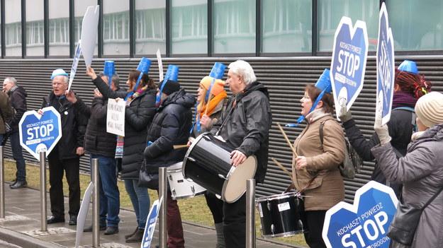 Protest przed budynkiem prokuratury /Jacek Skóra /RMF FM