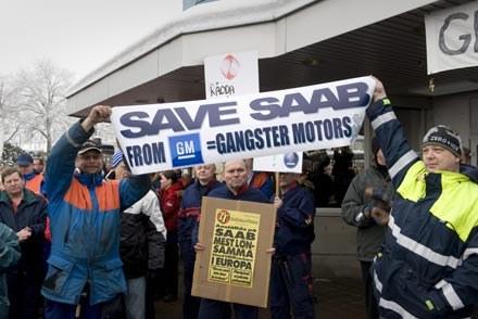 Protest przed fabryką  Saaba w Trollhattan /AFP
