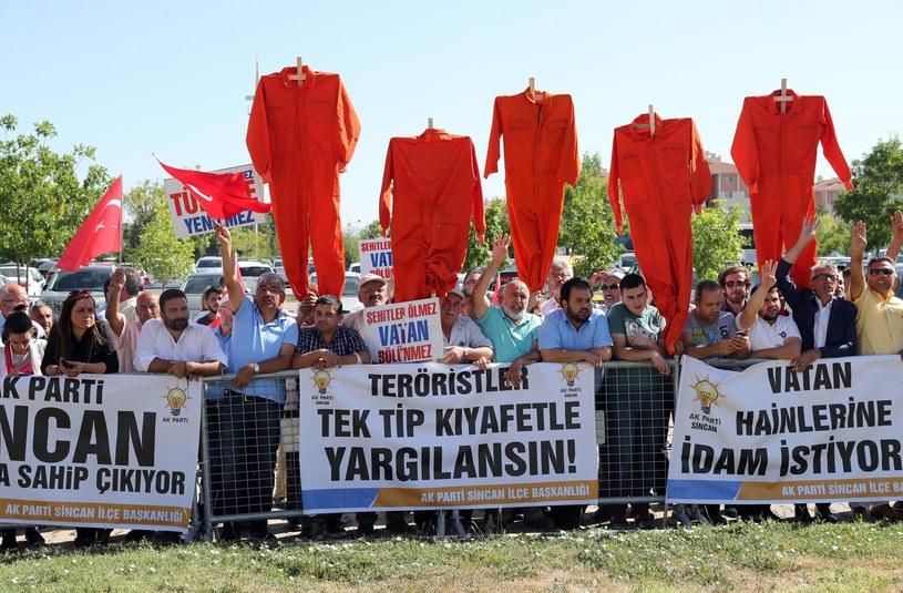 Protest przed gmachem sądu /ADEM ALTAN /AFP