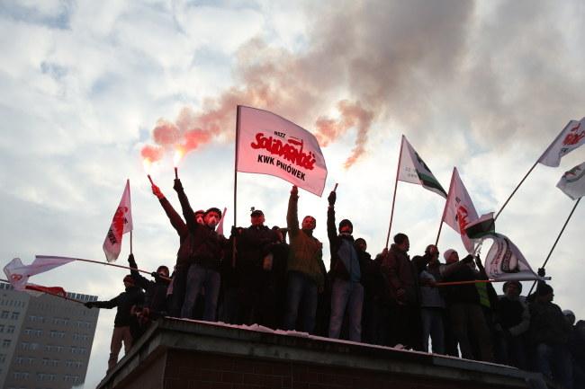 Protest przed kopalnią trwa od popołudnia /Stanisław Rozpędzik /PAP