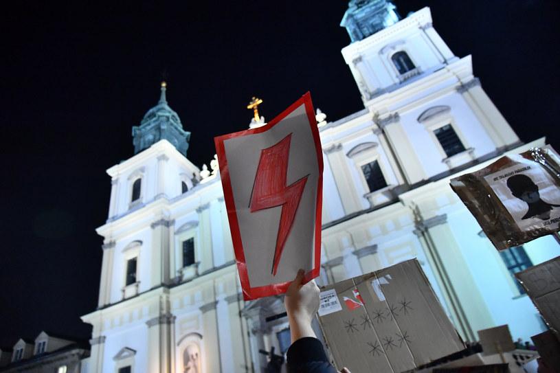 Protest przed kościołem św. Krzyża w Warszawie /Mateusz Jagielski /East News