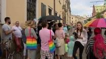 """Protest przed krakowską kurią. """"To, co zrobił pan Jędraszewski, jest karygodne. Kościół sieje nienawiść"""""""