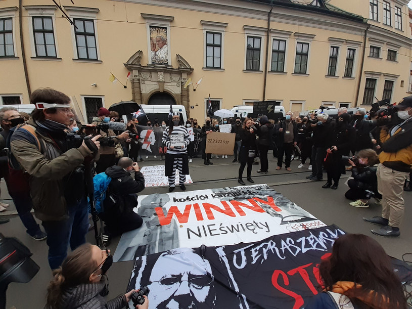 Protest przed krakowską kurią /Marek Lasyk  /Reporter