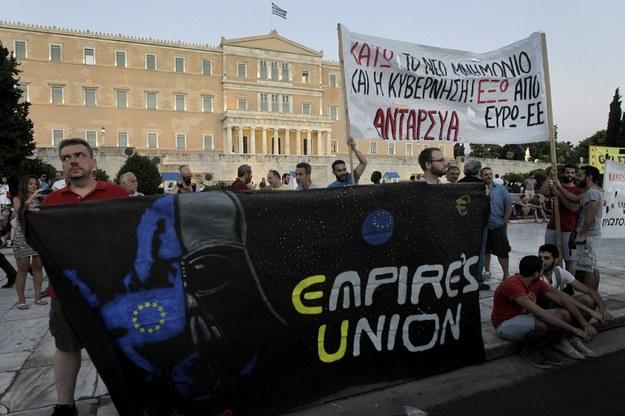 Protest przed siedzibą parlamentu w Atenach przeciwko drugiemu pakietowi ustaw oszczędnościowych /ORESTIS PANAGIOTOU /PAP/EPA