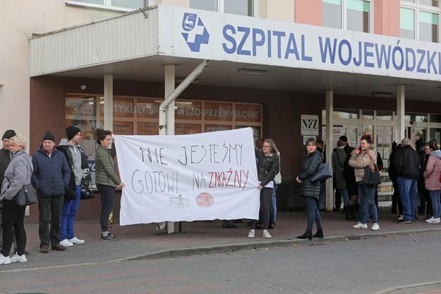 Protest przed szpitalem w Łomży /Artur Reszko /PAP