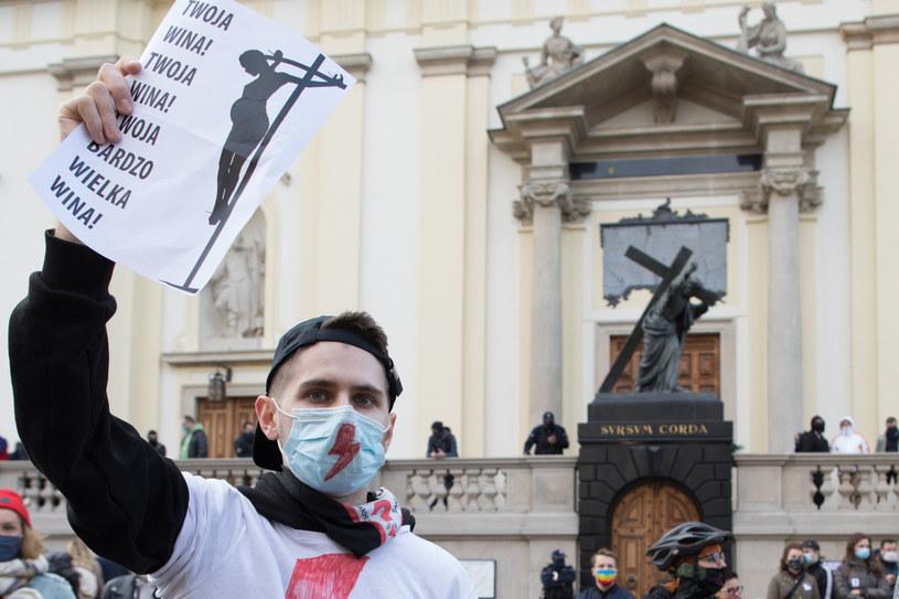 Protest przed warszawskim kościołem /fot. Andrzej Iwanczuk /Reporter