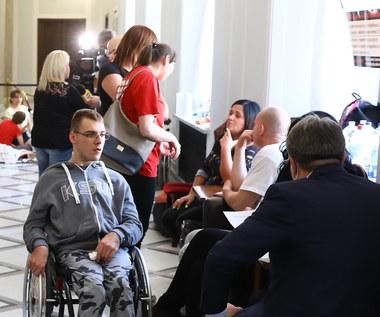 """Protest rodziców osób niepełnosprawnych. """"Chcemy rozmawiać z osobami decyzyjnymi"""""""