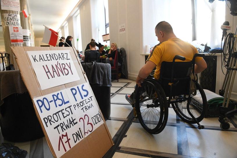 Protest rodziców osób niepełnosprawnych w Sejmie /Radek Pietruszka /PAP