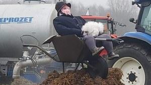 Protest rolników na Mazurach. Na drodze obornik i taczka z kukłą Kaczyńskiego