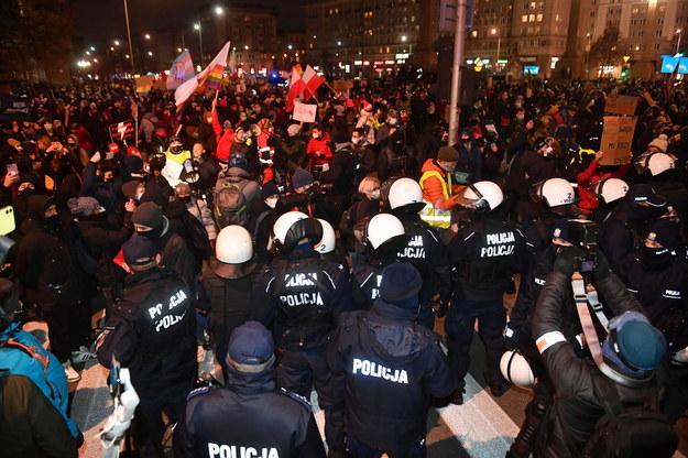 """Protest Strajku Kobiet pod hasłem """"W imię matki, córki, siostry"""" w Warszawie / Radek Pietruszka   /PAP"""