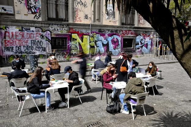 Protest studentów Uniwersytetu w Neapolu przeciwko niewystarczającemu zaangażowaniu władz uczelni w zapewnienie bezpiecznego powrotu do nauki stacjonarnej /CIRO FUSCO /PAP/EPA