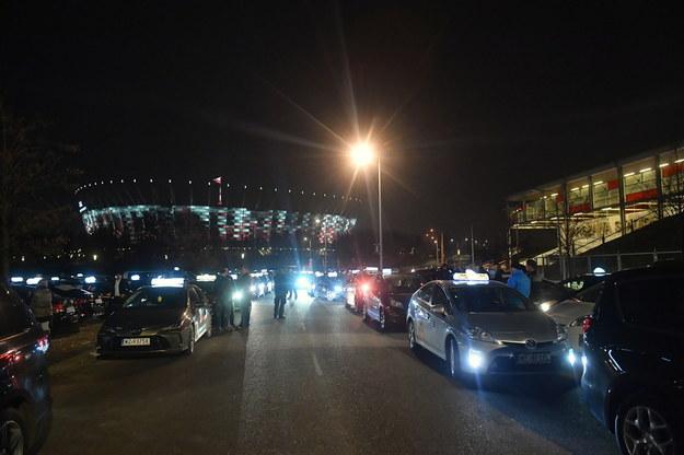 Protest taksówkarzy przy Stadionie Narodowym w Warszawie / Radek Pietruszka   /PAP