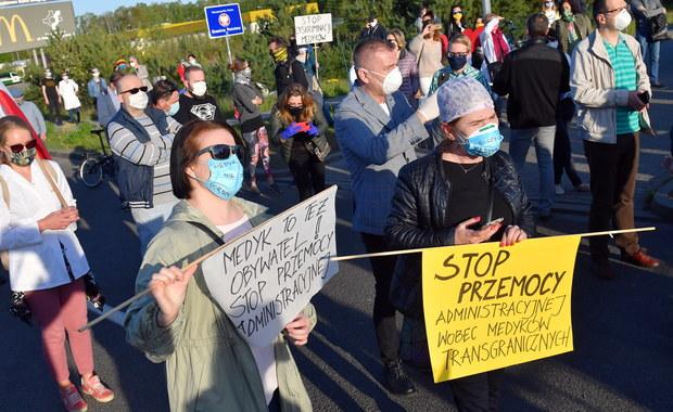 """Protest transgranicznych pracowników ochrony zdrowia. """"Medyk to nie gorszy sort!"""""""