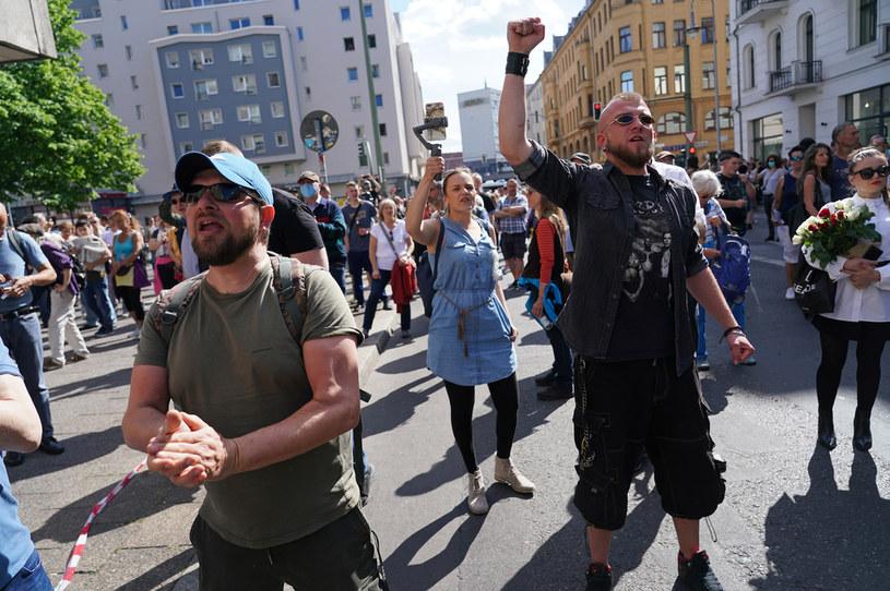 Protest w Berlinie przeciwko restrykcjom wprowadzonym w związku z epidemią koronawirusa / Sean Gallup /Getty Images