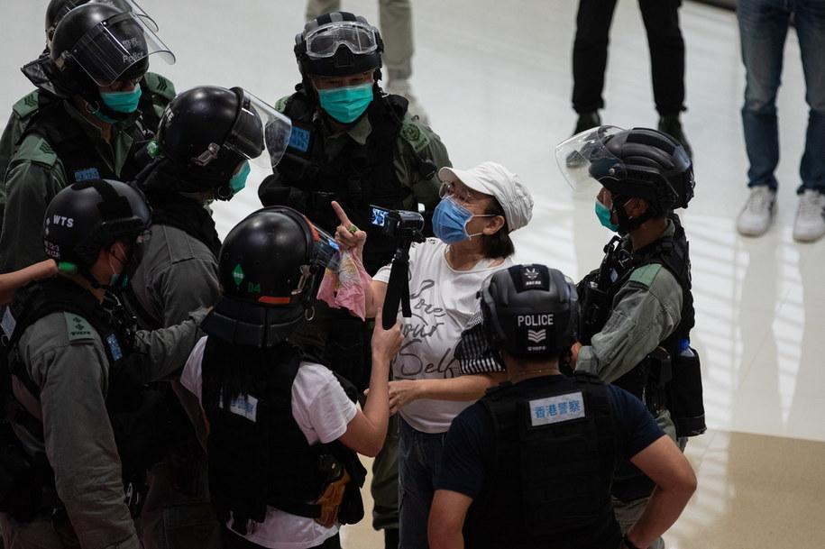 """Protest w galerii handlowej przeciwko uznaniu hasła """"Wyzwolić Hongkong. Rewolucja naszych czasów"""" za separatystyczne /JEROME FAVRE /PAP/EPA"""