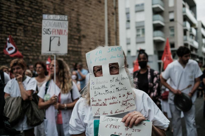 Protest w Lyonie przeciw obowiązkowi szczepień medyków /JEFF PACHOUD /AFP