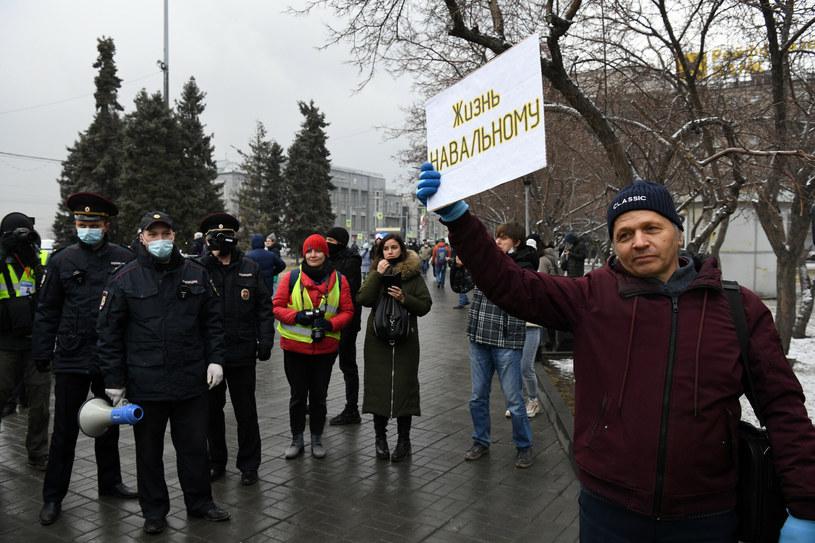 """Protest w Nowosybirsku. Mężczyzna trzyma transparent z napisem """"Życie Nawalnemu"""" /Alexandr Kryazhev/SPUTNIK Russia/East News /East News"""