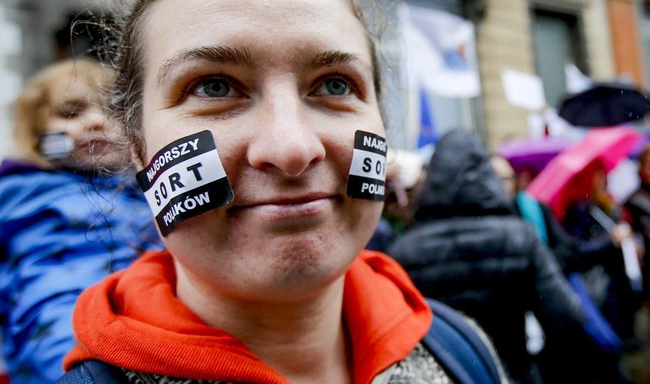 Protest w obronie wolnych mediów przed polską placówką w Brukseli /OLIVIER HOSLET /PAP/EPA