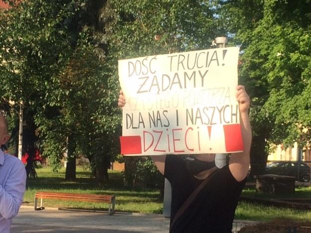 Protest w Skawinie. Mieszkańcy mają dość pobliskich zakładów i fetoru, z którym - jak mówią - muszą żyć /Anna Kropaczek /RMF FM