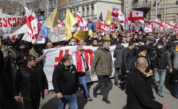 Protest w Tbilisi /ZURAB KURTSIKIDZE /PAP/EPA