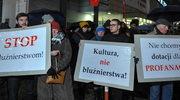 """Protest ws. spektaklu """"Klątwa"""". Różaniec przed Teatrem Powszechnym"""